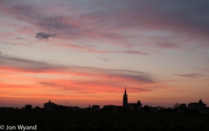A July sunset in Pomerol comes right in the middle of dinner, but is difficult to resist !