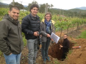 Vineyard manager Carlos, my guide Raimundo and geologist Françoise alongside Emmanuel in his hole !